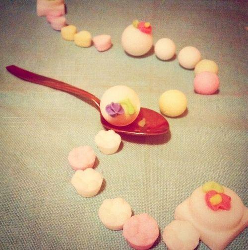 Teaspoons_&_petals_chambre_de_sucre